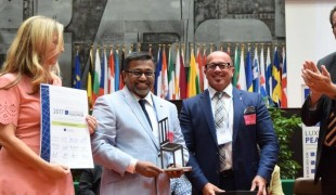 Saji Prelis receives the 2017 Outstanding Peace Support Prize